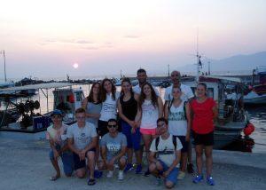 Η Ματίνα Ευθυμιάδου (ροζ σορτσάκι) με την ομάδα Τεχνικής Κολύμβησης των Δελφινιών Πτολεμαΐδας κατά την επιστροφή από το Πανελλήνιο Πρωτάθλημα 2016 στην Αθήνα.